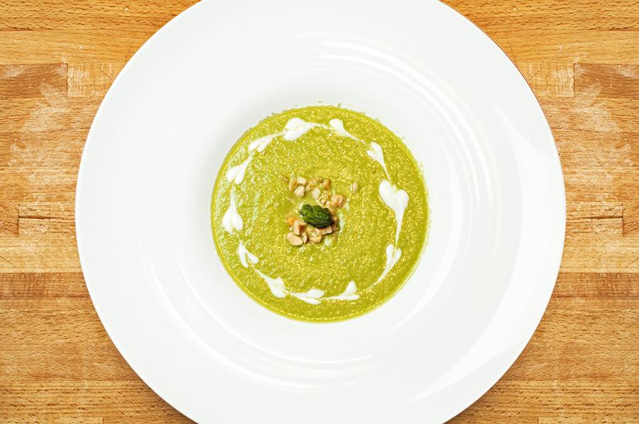 Vellutata di asparagi e mele Granny con yogurt acido e nocciole tostate Chef Roberto Di Mauro